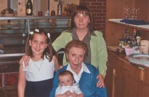 Foto di gruppo: Laura, la zia Marisa, la bisnonna Adele, Fabio