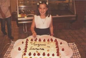La immancabile torta con gli auguri per la festeggiata