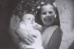 Laura sorridente tiene in braccio il nipote Fabio