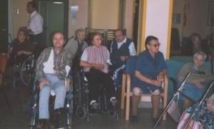 Vincenzo e altri Ospiti nel salone della Casa di Riposo